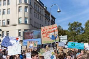 Klimaprotest in Köln: Schüler demonstrieren gegen das Artensterben und gegen schmelzende Polkappen durch globaler Erderwärmung