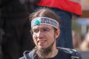 """Klimastreik: Fridays for Future Demonstrant fordert mit Stirnband """"Tempo Machen beim Kohleausstieg!"""""""