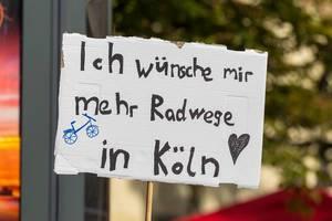 Klimastreik-Teilnehmer wünschen sich umweltbewussteren und sicheren Straßenverkehr durch mehr Radwege in Köln