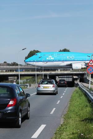 KLM Boeing-B747 rollt über die Brücke des Amsterdam Schiphol Airports
