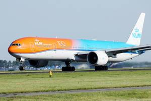 KLM Orange auf der Start und Landebahn auf dem Flughafen Amsterdam-Schiphol