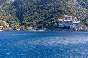 Kloster Moni Osiou Grigoriou von einem Schiff aus fotografiert