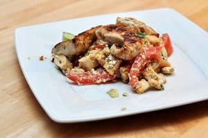 Knackiger, griechischer Salat mit Putenbruststreifen, knusprigen Pita-Ecken und frischen Kräutern