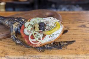 Knobibrot mit Oliven, Pfefferoni, Zwiebel und Gurke