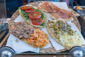 Knobibrot mit verschiedenen Belägen: Tomaten, Thunfisch Garnelen, Oliven oder Schinken