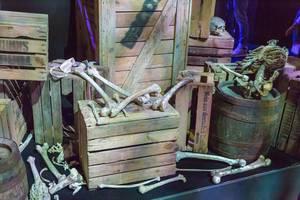 Knochen, Holzkisten und Weinfässer