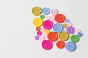 Knöpfe verschiedener Farben und Größen