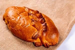 Knusprig gebackener Kirschkuchen mit Zopfmuster auf Jutesack