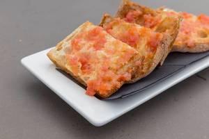 Knuspriges, rustikales Brot mit Tomaten-Belag des mediterranen Hotel 1989 -Restaurants in Barcelona auf den La Ramblas