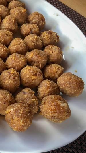 Kokosnuss-Nougat Bällchen auf weißem Teller