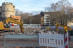 Kölner Baustelle am Rudolfplatz mit zwei Baggern und Bauabsperrung