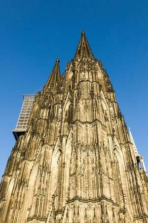Kölner Dom vor einem blauen, wolkenlosen Himmel