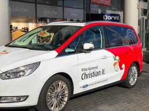 Kölner Dreigestirn: das Auto vom Prinz Karneval Christian II. im Rot-Weiß mit dem Kölner Wappen