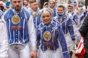 """Kölner Karneval 2020: das Tanzcorps """"Kölner Rheinveilchen e.V."""" im Blau-Weiß und mit Regenponchos beim Rosenmontagsumzug"""