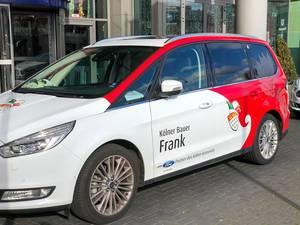 Kölner Karneval: das Auto vom Kölner Bauer Frank im Rot-Weiß mit dem Kölner Wappen
