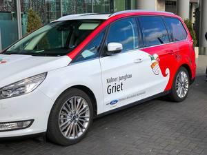 Kölner Karneval: das Auto von der Kölner Jungfrau Griet im Rot-Weiß mit dem Kölner Wappen