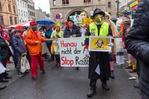 Kölner Karneval ist bunt: Narren beim Rosenmontagszug am Severinstor zeigen Flagge gegen Rechts