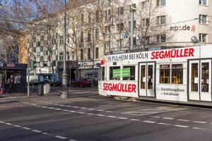 Kölner Stadtbahn fährt über Kreuzung am Rudolfplatz