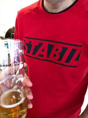 Kölsch in der Hand und Stabil Sweatshirt in rot