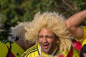 Kolumbianische Fußballfans mit Perücken