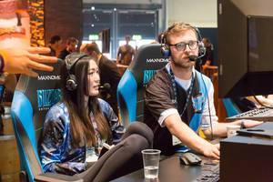 Kommentatoren am Messestand von Activision Blizzard - Gamescom 2017, Köln