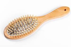 Koncept Haarausfall bei Frauen: Haare in der Haarbürste