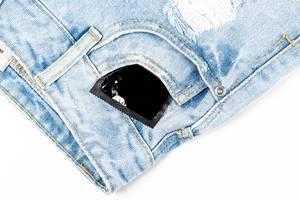 Kondom in der Tasche von Damen-Shorts: sich vor Krankheiten und ungewollten Schwangerschaften schützen