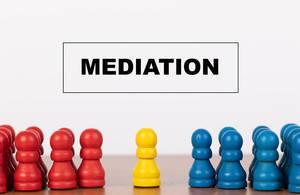 Konfliktvermittlung: Mediation-Konzept mit Bauern / Spielfiguren auf einem Tisch