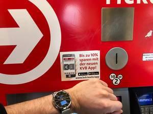 Kontaktlose Zahlung für die ÖPNV am Ticketautomaten in Köln mit Smartwatch und Garmin Pay