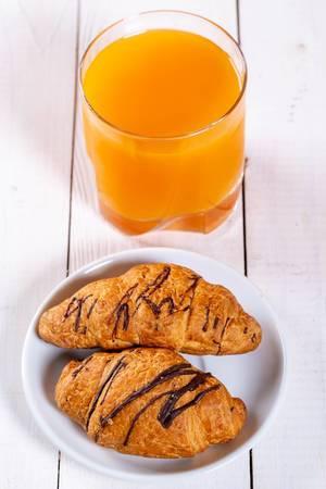 Kontinentales Frühstück mit Schoko-Crossaints und Orangensaft