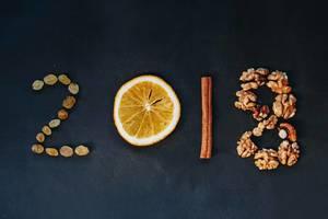 Konzept fürs Neujahr: 2018 geschrieben mit verschiedenen Zutaten
