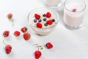 Konzeptbild zum Thema gesundes Frühstück: Haferflocken mit Erdbeeren, Blaubeeren und Joghurt im Glas