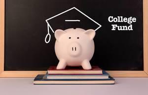 """Konzeptbild zum Thema """"Sparen für die Studienzeit"""", mit einem rosa Sparschwein auf einem Stapel Büchern, mit aufgemalter Akademikermütze und der Aufschrift """"College Fund"""""""