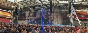 Konzertbesucher sehen die Bühnenshow der amerikanischen Metalband Metallica, während eines Konzerts auf der WorldWired Tour