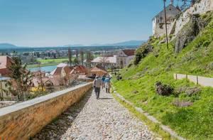 Kopfsteinweg der die Ortschaft mit der Burg verbindet in Pettau, Slowenien