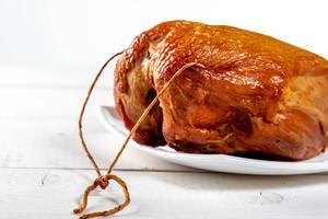 Köstliche geräucherte Hühnchenbrust auf einem weißen Hintergrund