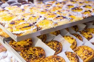 Köstlichen Blätterteigtörtchen mit Pudding Pastel de Nata in Lissabon, Portugal