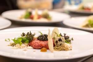 Köstlichkeit im Chino Latino Restaurant: Tatar, Yuzu-Kosho Aioli, Wasabi crumble, Fumèe, Oscietra Caviar