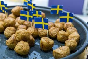 Köttbullar - Schwedische Fleischbällchen in einer Pfanne - vorgekocht, einfach warm machen und essen