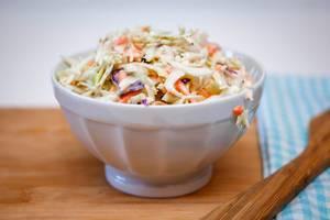 Krautsalat in einer weißen Schüssel. Nahaufnahme