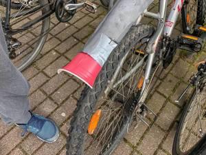 kreative DIY Fahrradreparatur - Plastikbecher an Schutzblech geklebt
