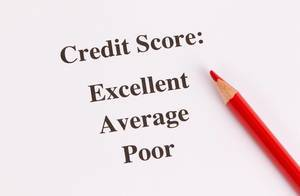 Kreditscore-Ergebnisse auf weißem Papier mit rotem Holzstift