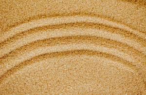 Kreisförmiges Muster auf gelbem Sand