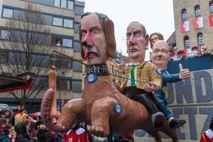 Kritik an Thüringenwahl: AfD-Persiflagewagen mit Björn Höcke als Hund auf dem Alexander Gauland und FDP-Politiker Thomas Kemmerich reiten