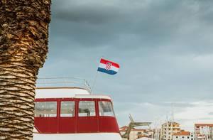 Kroatische Fahne auf einem Boot