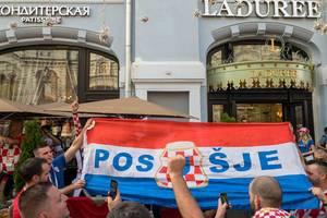Kroatische Fußballfans mit großer Fahne