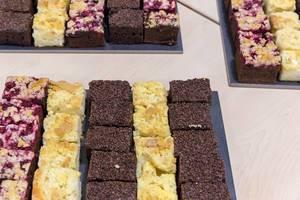 Kuchen an einem Buffet - Streuselkuchen, Schokoladenkuchen und Pflaumenkochen