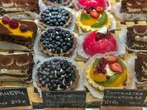 Kuchen mit Blaubeeren, Preiselbeeren, Himbeeren und Erdbeeren