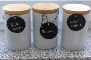 Küchenbehälter mit Goji-Beeren, Mandeln und Kokosflocken
