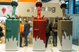 Küchengeräte auf der IFA: Electro Plus Area zeigt kultige, bunte Smeg-Kühlschränke mit Farbkleks-Motiv